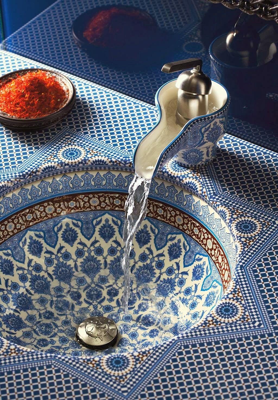 Столешница слита с раковиной и украшена узором в марокканском стиле