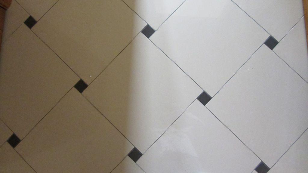 На фото пример диагональной укладки керамической плитки со смещением