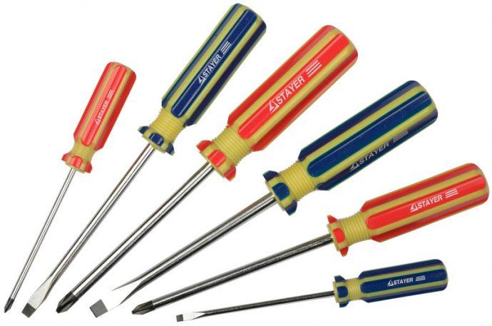 Подготовьте набор отверток для демонтажа и монтажа сливных решеток