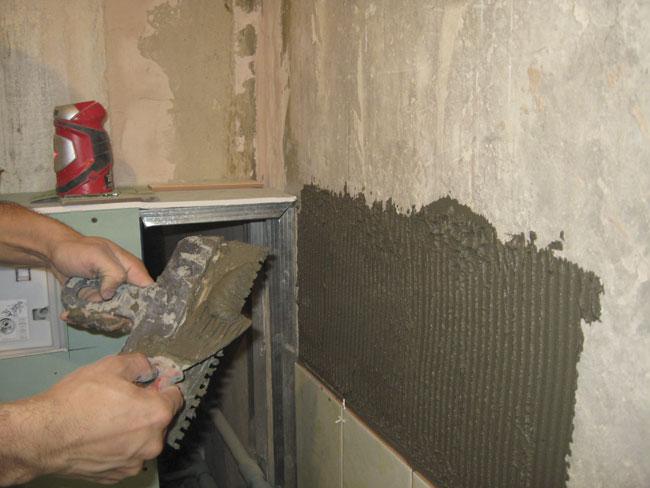 Укладка кафельной плитки на стену
