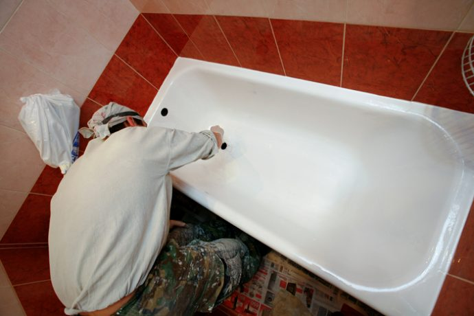 Реставрация ванн жидким акрилом предусматривает нанесение на поверхность акрила и последующую полировку. Толщина слоя достигает 6 мм