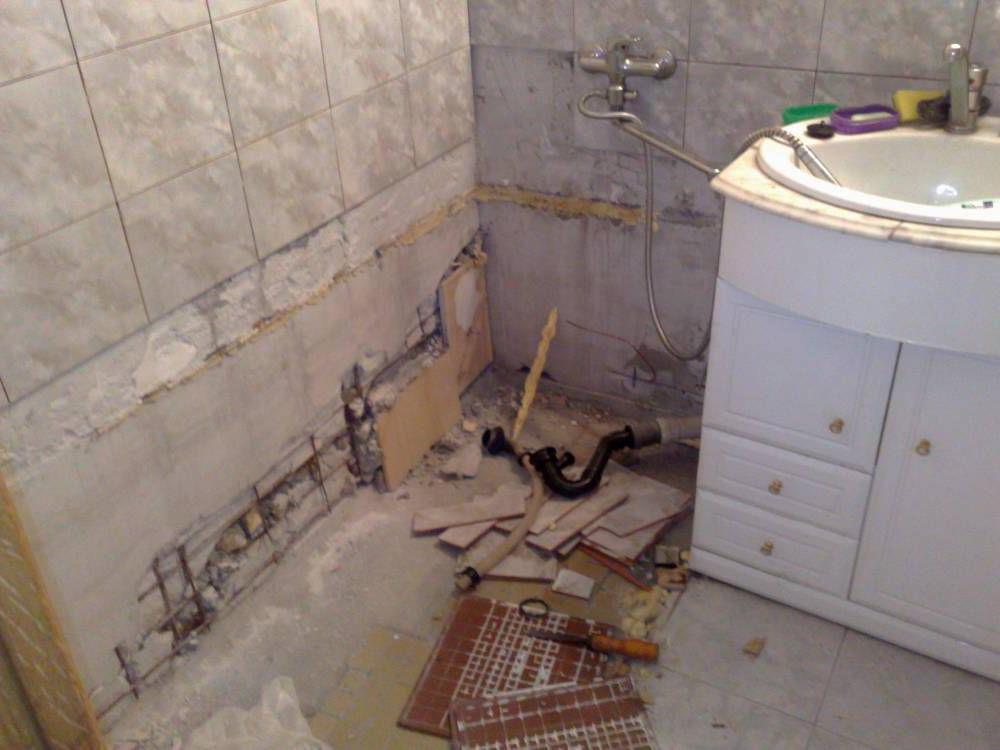 Демонтаж покрытия пола и стен