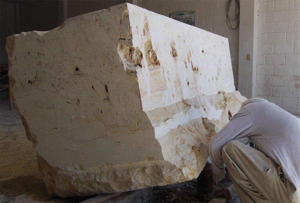 Кусок мрамора, который станет новой ванной