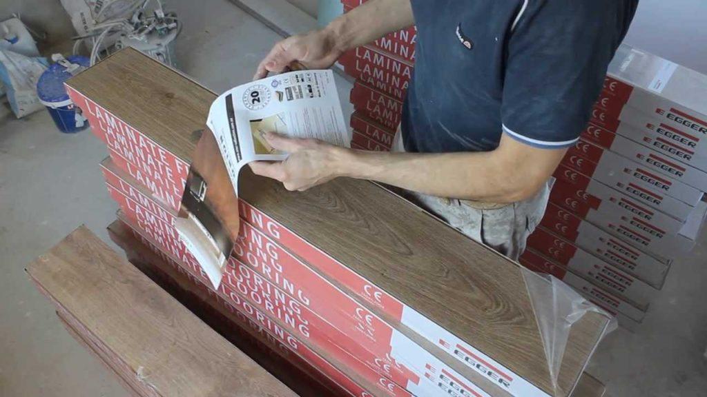 Ламинат поставляется потребителю упакованным в пачки, распаковка которых должна осуществляться после выдержки в помещении, где он будет укладываться