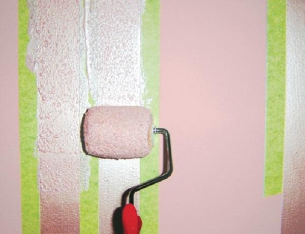 Окрашивание стены валиком