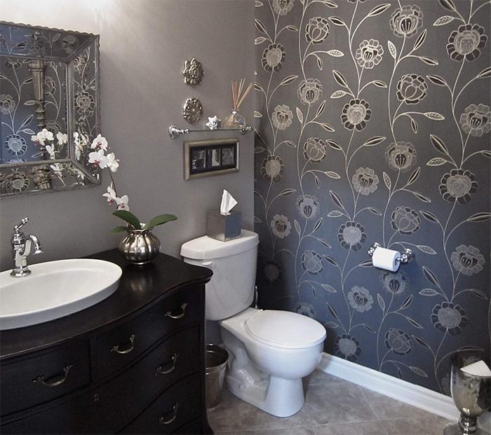 Если вы решили оклеить ванную обоями, выбирайте модели высокого качества