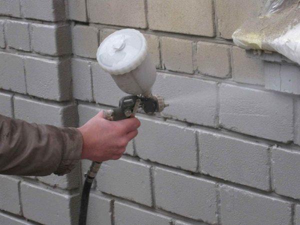 Грунтование стены под покраску