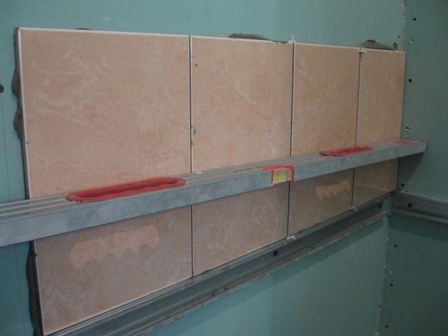 Кафельная плитка на гипсокартонной стене. Здесь будет крепиться держатель