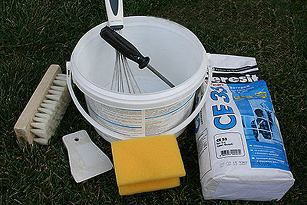 Материалы и инструменты для затирки швов между плиткой
