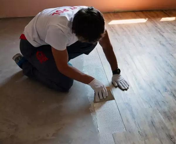 Нанесение клея и укладка плитки