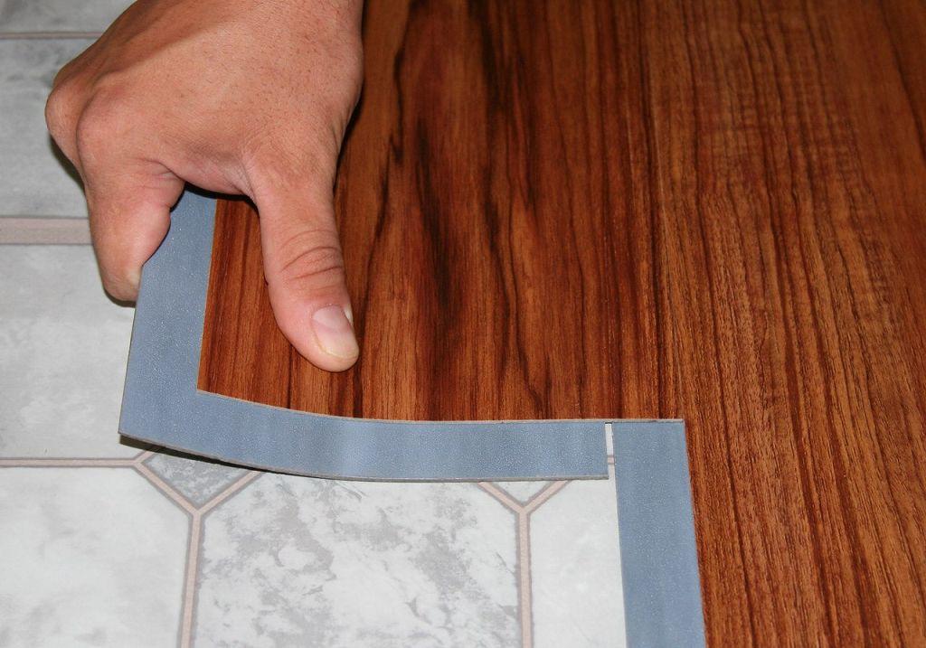 ПВХ-плитка в процессе монтажа