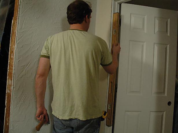 Проверка уровня положения двери