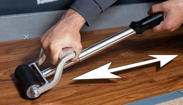 Раскатывание плитки валиком