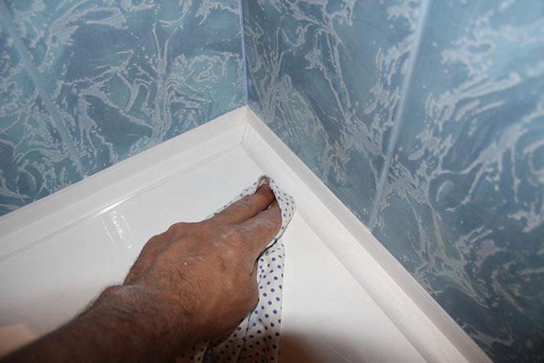 Как сделать бордюр в ванной у стены 905