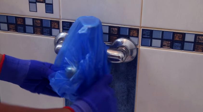 Обмотайте кран пакетом, чтобы капли воды не попали на поверхность ванны