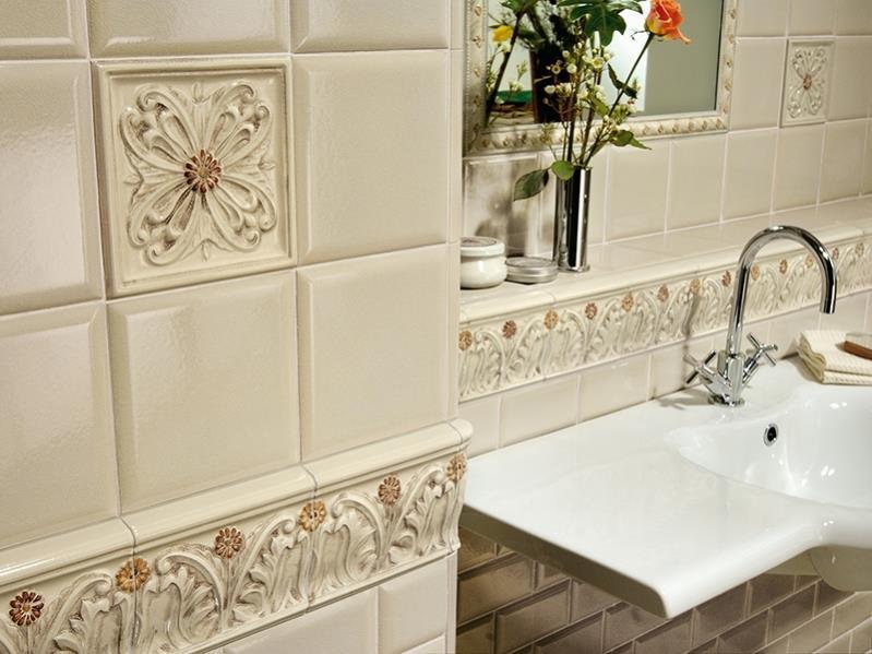 Отделка ванной комнаты бежевой керамической плиткой
