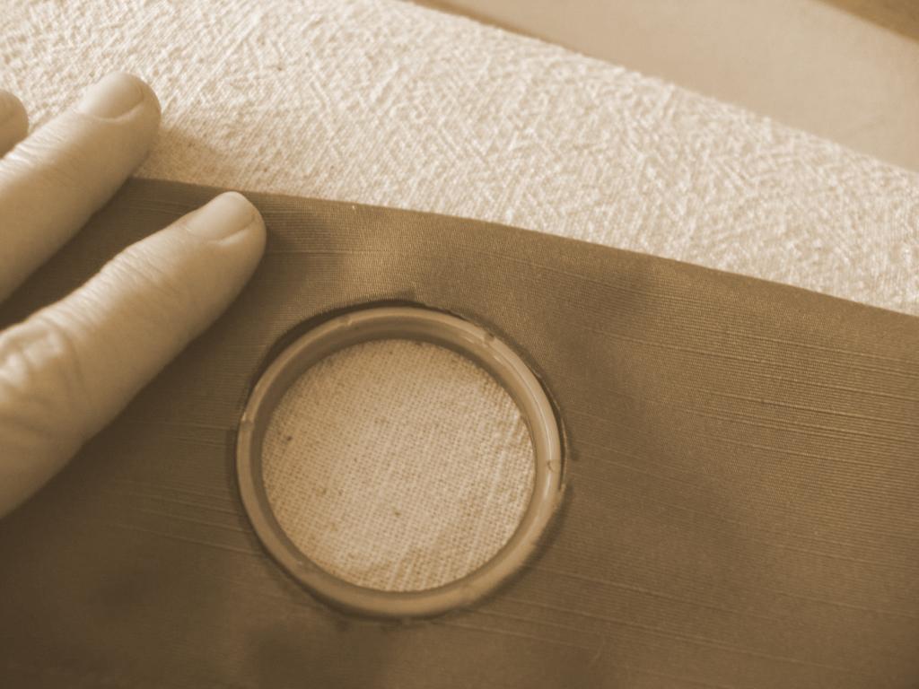 Положите снизу нижнее кольцо, где будет изнанка шторы