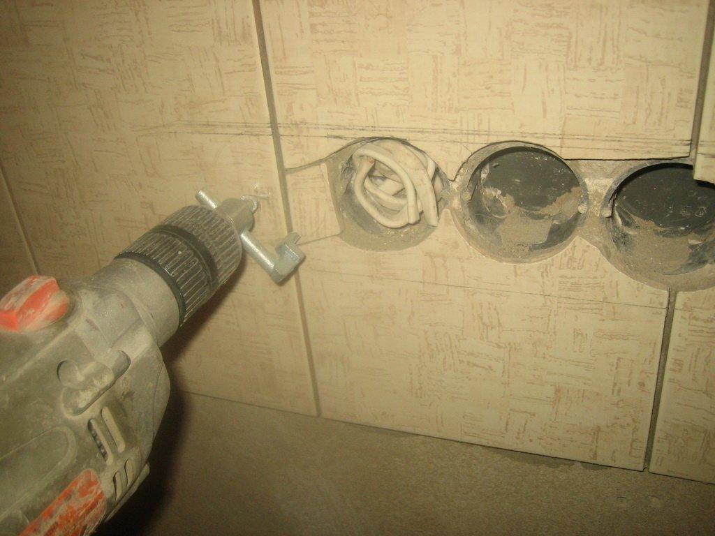 Примеры неудачного сверления плитки под электрические розетки