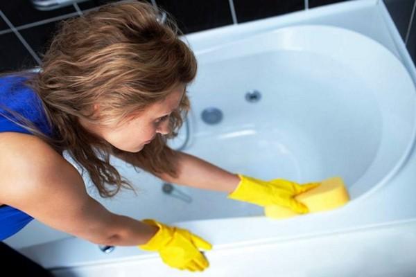 Простые загрязнения удаляем мягкой губкой с мыльной пеной