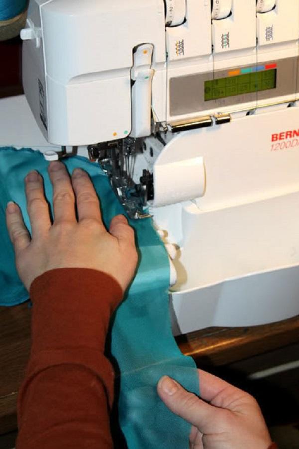 С помощью оверлока обработаем все открытые срезы воланов ролевым швом
