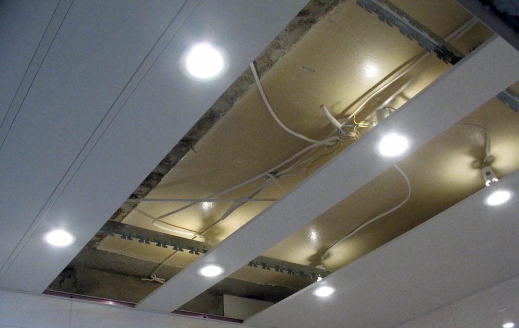 Сборка реечного подвесного потолка