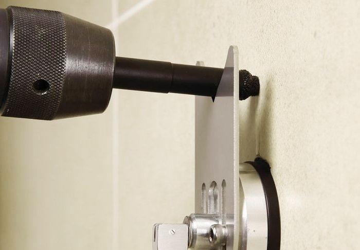 Сверление керамической плитки. Используется фиксатор на присоске