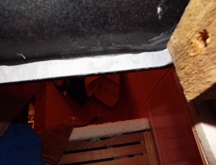 Так липучка выглядит под ванной
