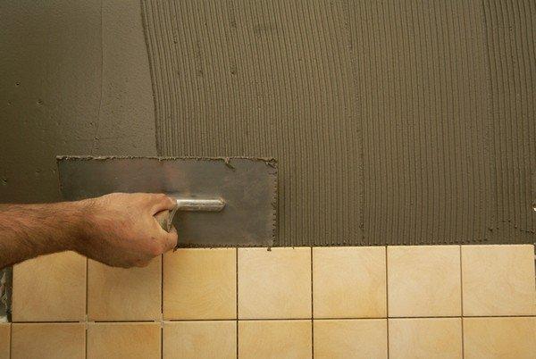 Выравнивание стены плиточным клеем
