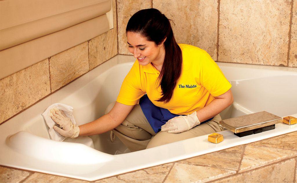 Вытираем ванну сухой тряпкой