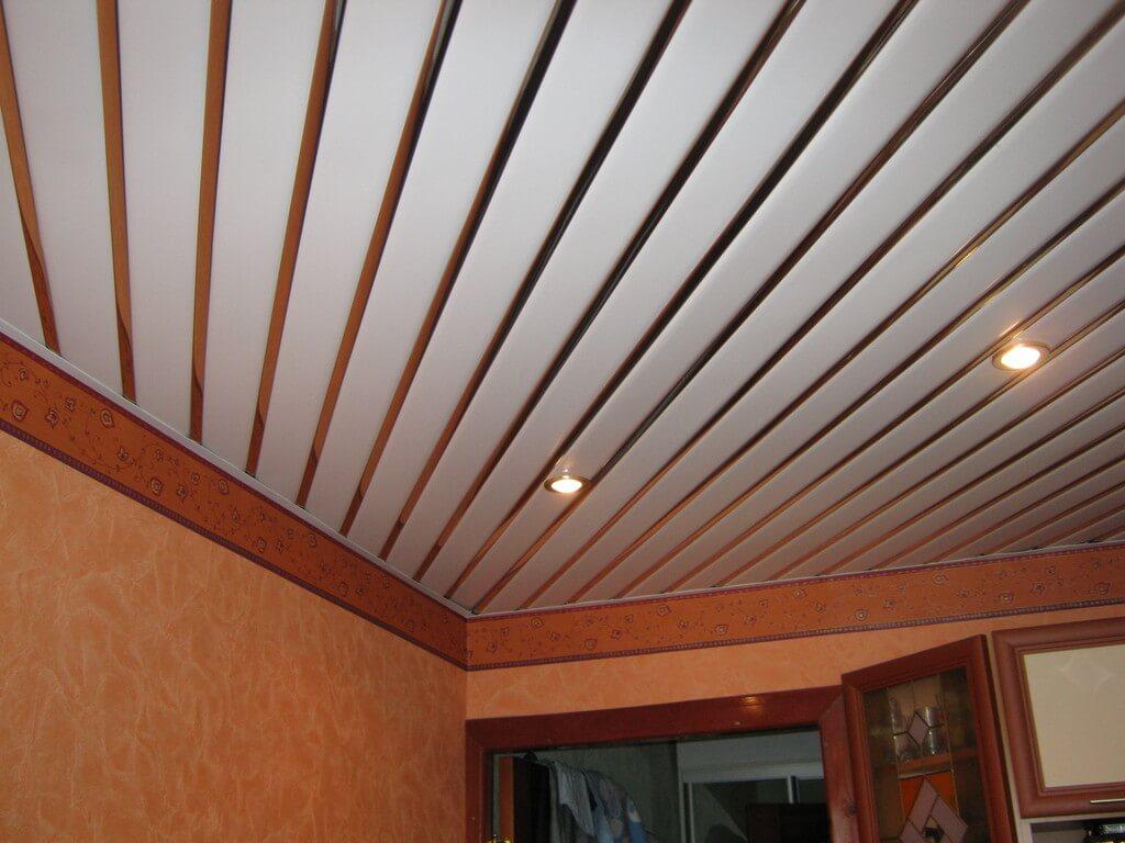 Подвесной потолок из панелей на кухне