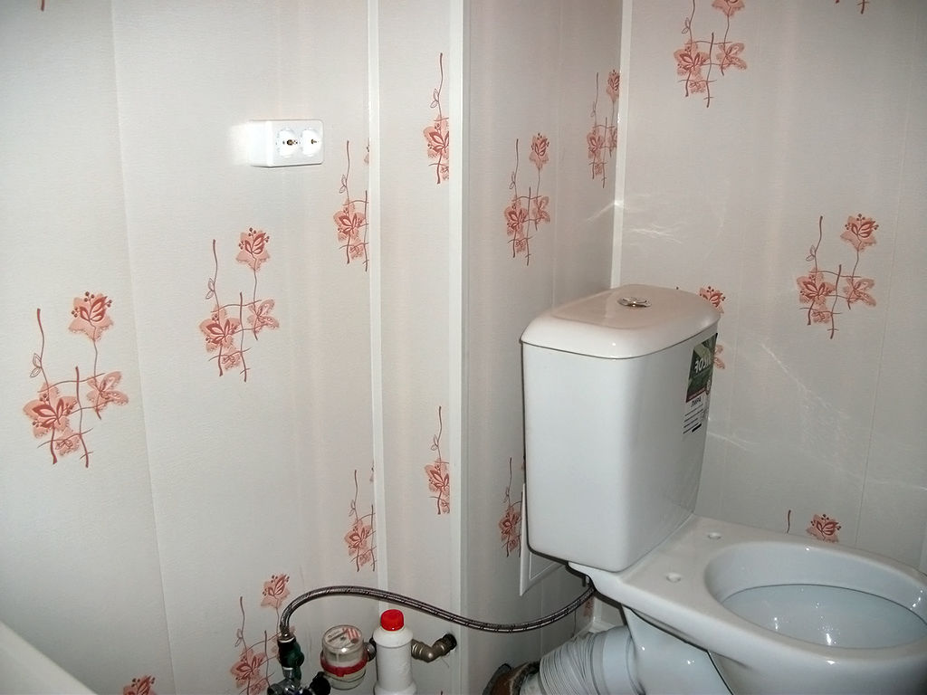 Дизайн туалета, отделанного пластиковыми панелями
