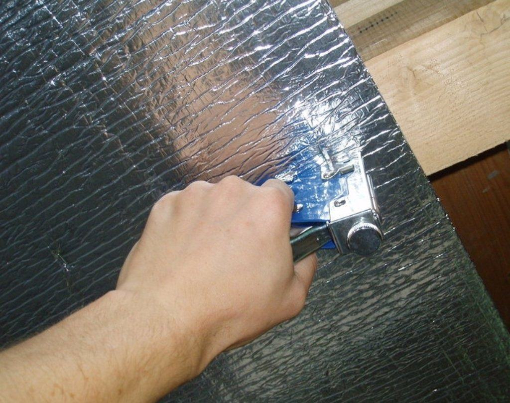 Крепление фольги на потолок