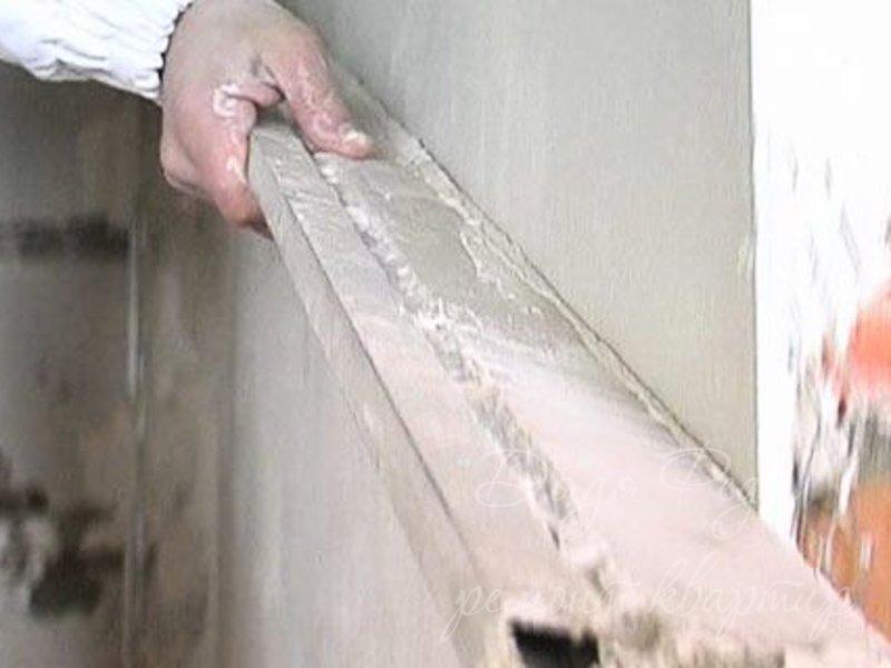 Проверка ровности стены с помощью правила