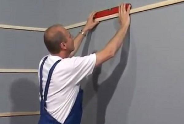 Шаг обрешетки по стене ванной должен быть 40-50 см