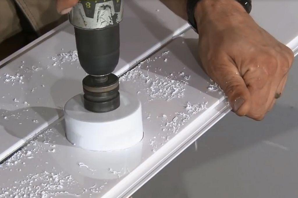 Как сделать отверстия под светильники в пластиковых панелях