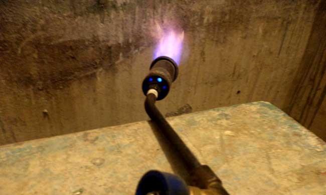 Удаление старой краски со стен при помощи газовой горелки