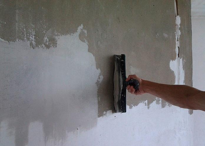 Зашпаклюйте трещины и выемки на стене