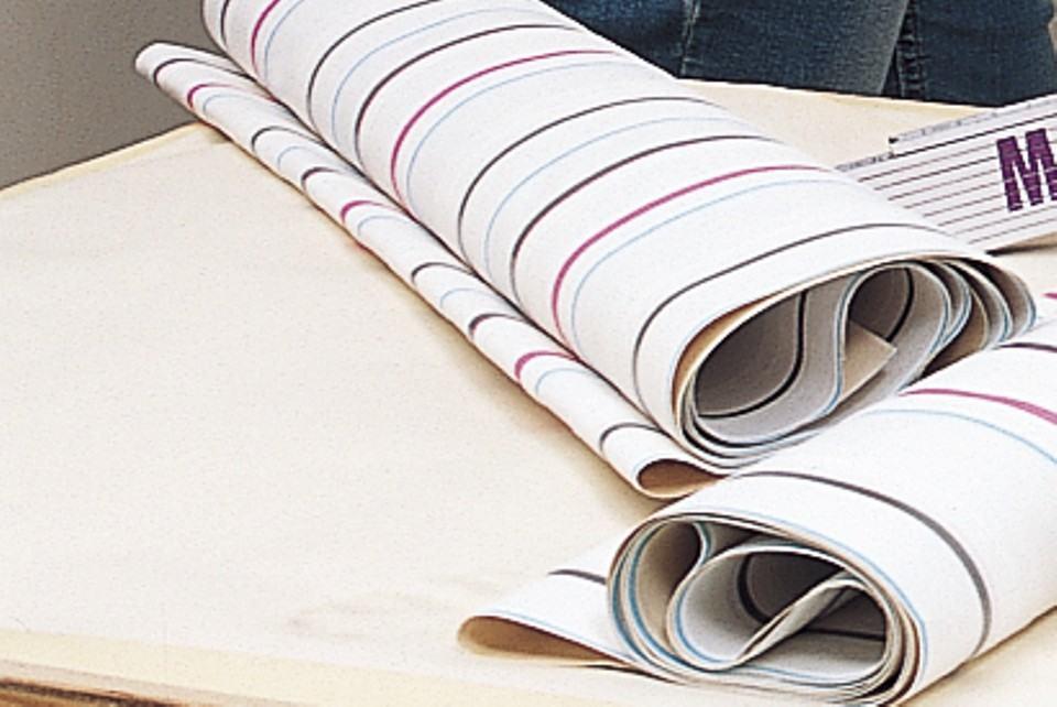 Прочитайте на этикетке обоев, как долго нужно выдерживать клей на обоях до приклеивания к стене