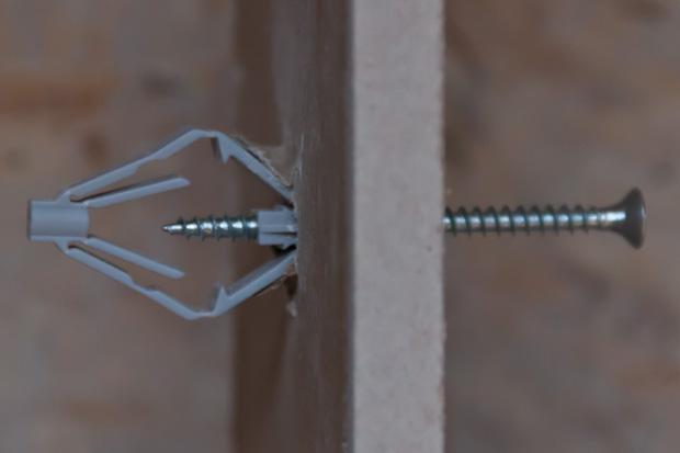 Диаметр отверстия должен быть подобран таким образом, чтобы дюбель входил в натяг и при закручивании самореза сам не проворачивался