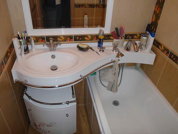 Идея расположения сантехники в маленькой ванной комнате