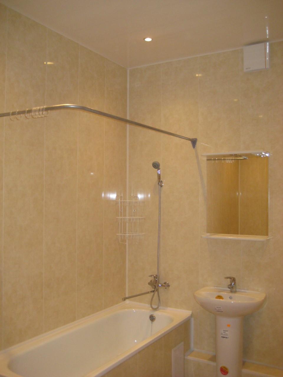 Штанга установлена в ванной, обшитой пластиковыми панелями