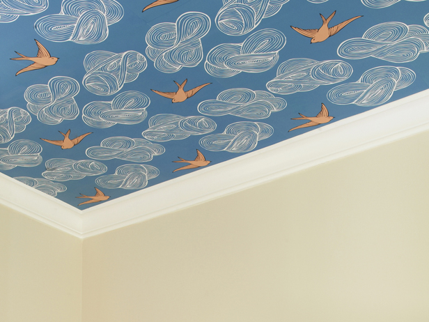 Цветные обои на потолке влагостойкие