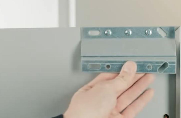 Одна часть крепления прикручивается к задней стенки шкафчика