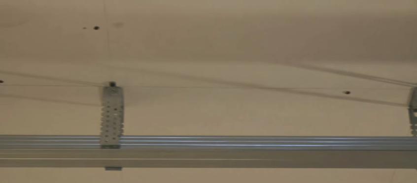 Профиль для креплеия панелей фиксируется подвесом