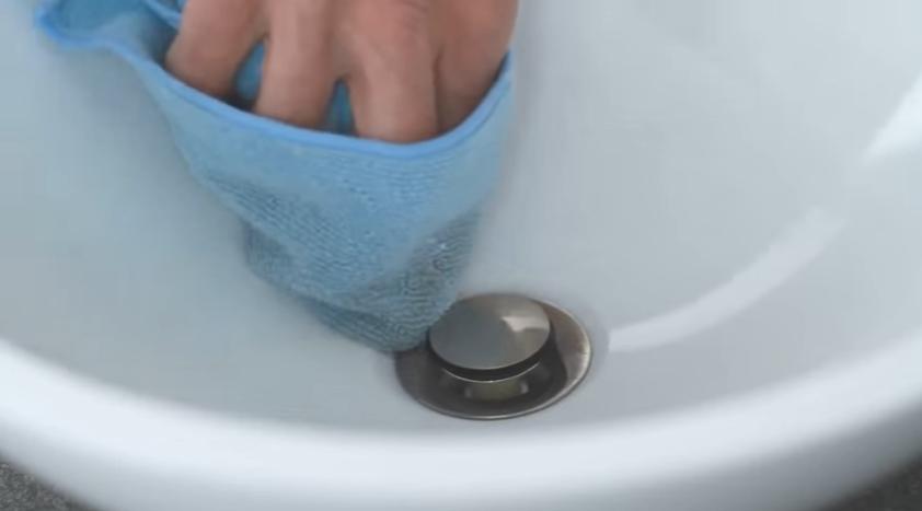 Убрать выступивший герметик можно мягкой салфеткой