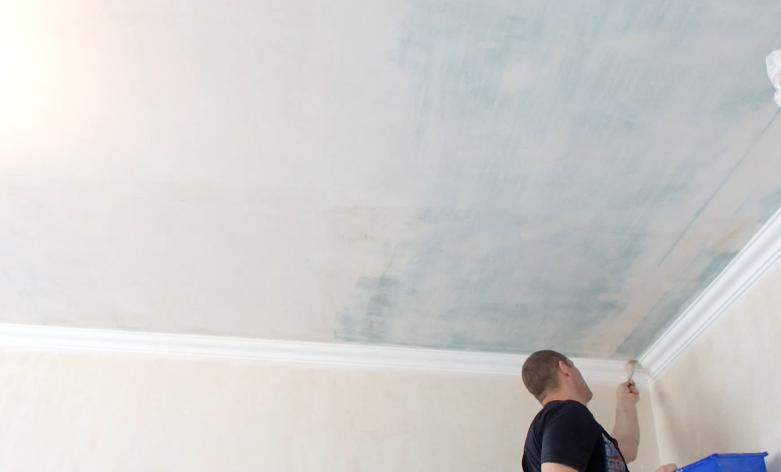 В углах и около стен клей лучше наносить кистью