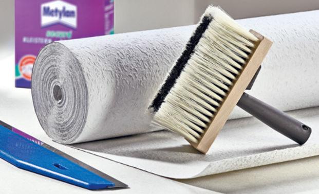 Влагостойкие обои, клей и инструменты для наклеивания полотен на потолок