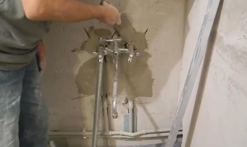 Замазывание штукатурным раствором больших выемок в стене