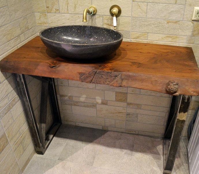 Деревянные столешницы в ванной менее популярны,чем изделия из камня и керамики