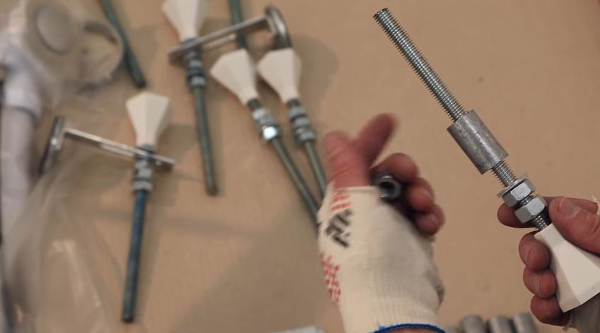 Наденьте втулки на шпильки ножек